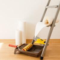 Pose de papier peint : colle, table à tapisser...
